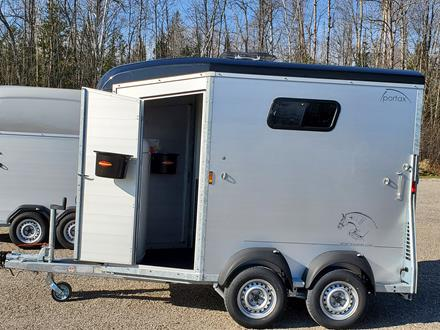 Horse trailer with 2 full height person doors